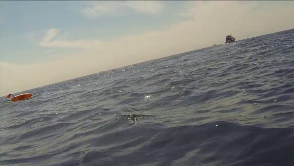 bateau passant sur un chasseur sous marin
